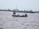 メコン川で漁をする